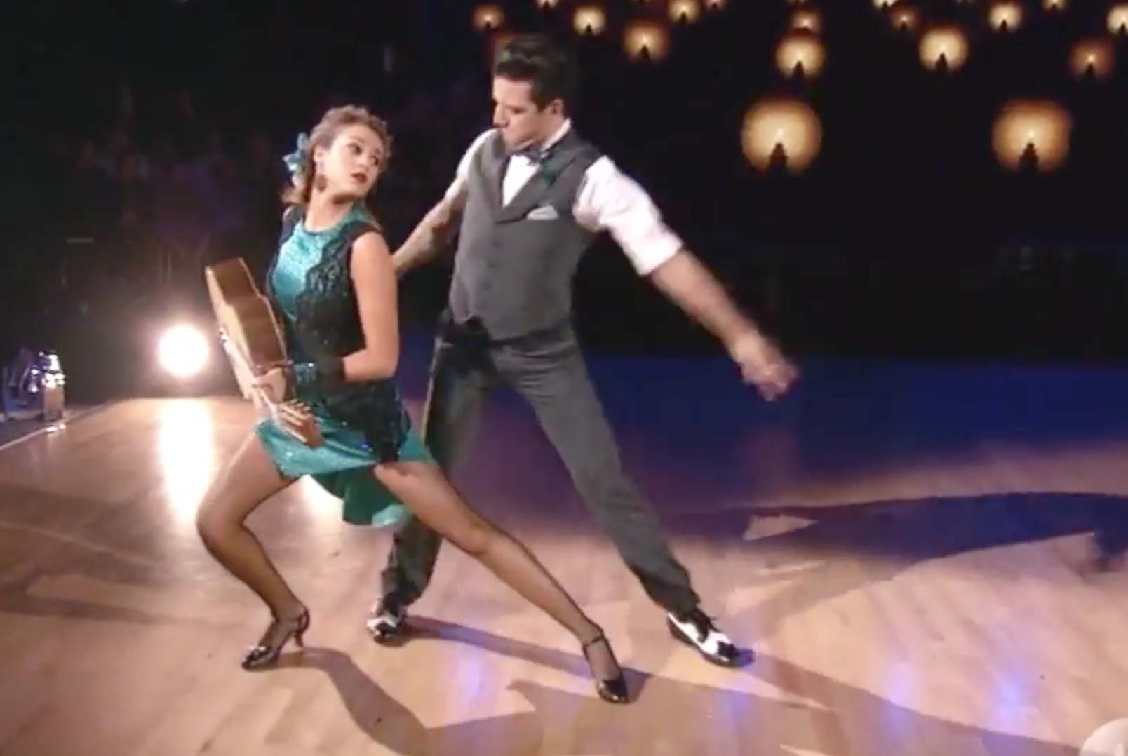 Duck dynasty s sadie robertson s feet fly to dwts finals for Sedie importanti