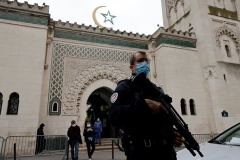 A policeman guards the Great Mosque of Paris. (Photo by Thomas Coex/AFP via Getty Images)