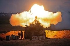 Lundi, des soldats israéliens ont tiré un obusier de 155 mm sur des cibles terroristes à Gaza. (Photo par Emmanuel Dunand / AFP via Getty Images)