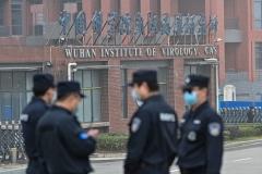 Le personnel de sécurité chinois à l'extérieur de l'Institut de virologie de Wuhan à Wuhan lors d'une visite en février d'experts de l'OMS enquêtant sur les origines de l'épidémie de coronavirus. (Photo par Hector Retamal/AFP via Getty Images)