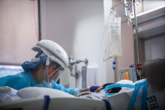 A Covid-19 patient in the Intensive Care Unit at Providence Cedars-Sinai Tarzana Medical Center in Tarzana, California on January 3, 2021. (Photo by APU GOMES/AFP via Getty Images)