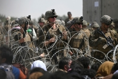 U.S. military personnel at Kabul airport during the evacuation mission. (Photo by Wakil Kohsar/AFP via Getty Images)